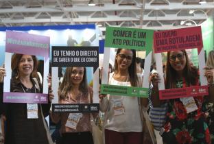 Participantes do Conbran apoiando a rotulagem de nutricional adequada. Foto Idec