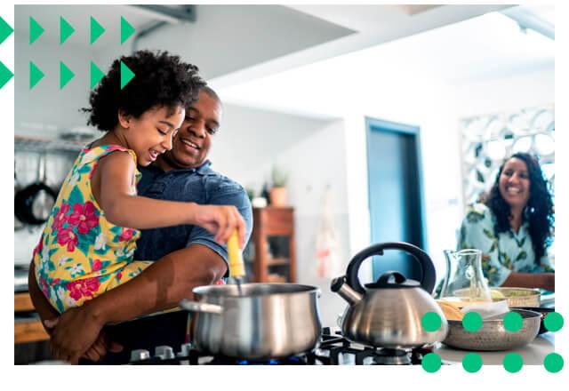 Familia cozinhando junta