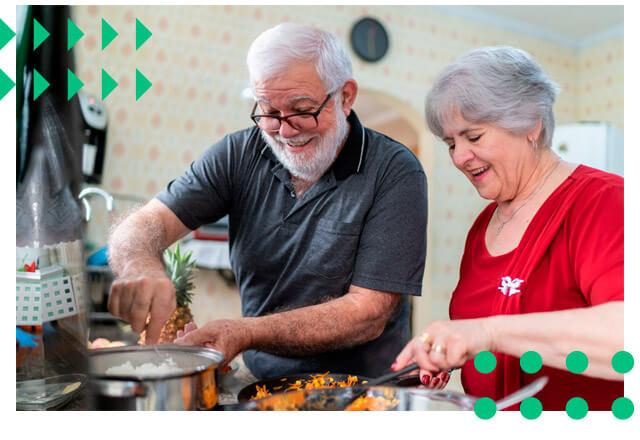 Casal de idosos cozinhando juntos