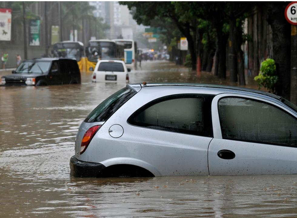 Carro boiando na enchente