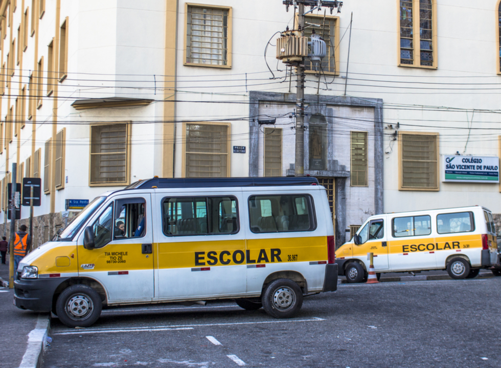 Cobrança do transporte escolar durante as férias é legal?
