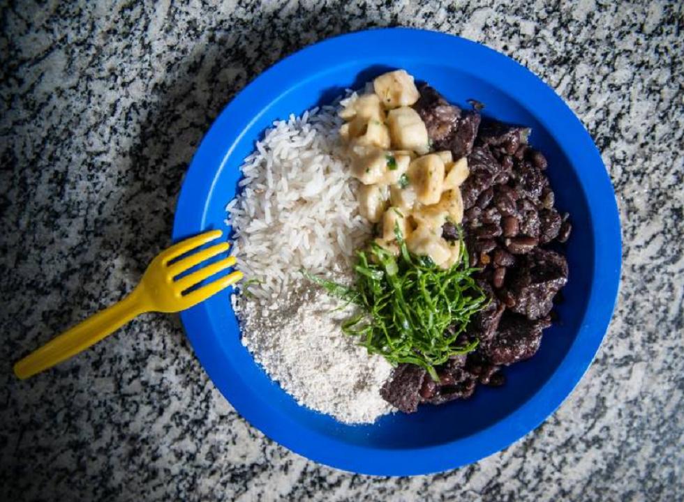 Governo de SP muda merenda, e aluno chega a ter almoço de arroz com farofa