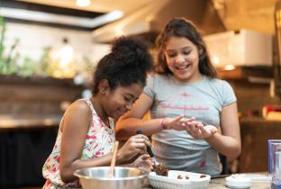 Crianças preparando ovo de Páscoa
