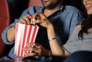 Posso levar comida ao cinema?