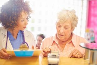 Metade dos idosos já se sentiu enganada como cliente, mostra pesquisa