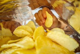 Zema suspende decreto que proibia alimentos não saudáveis nas escolas