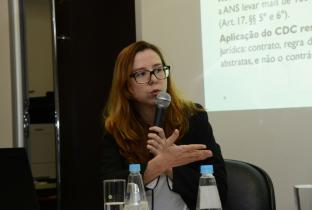 Ana Carolina Navarrete, especialista em Saúde do Idec, em reunião do Cremesp