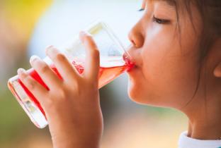 Indústria do tabaco colaborou para viciar crianças em bebidas adoçadas