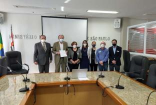 Representantes do Idec, Ministério Público de SP, Associação Paulista de Medicina e do Sindicato dos Médicos de SP após assinatura do TAC
