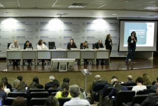Ana Paula Bortoletto, nutricionista do Idec, apresenta modelo de rotulagem do Instituto em painel técnico da Anvisa