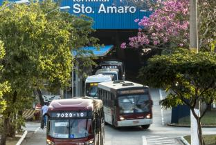 Justiça barra lei que fixa em 20 anos contratos de licitação de ônibus em SP